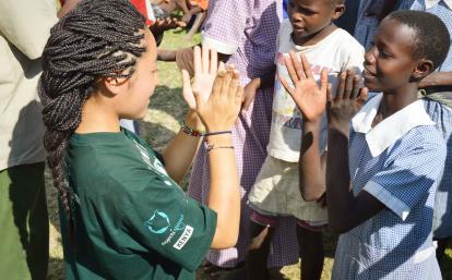 ケニアの子供たちと交流する日本人高校生ボランティア